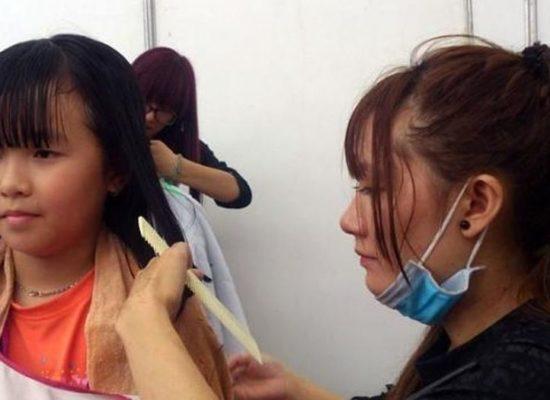 Hiến tóc tặng bệnh nhân ung thư