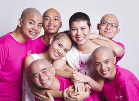 5 chàng trai xuống tóc cổ vũ bệnh nhân ung thư vú Việt Nam